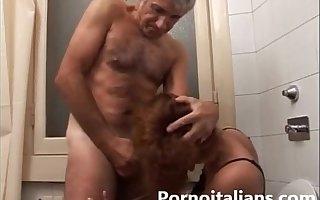 Incesto italiano - pop scopa la figlia nel cesso - Italian Father fuck