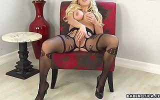 Solitarily blonde mature, Katie Morgan is forcefully masturbating anent 4K