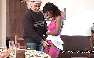 Papy se fait pomper up to scratch une black qui se fait sodomiser dans un plan a 3